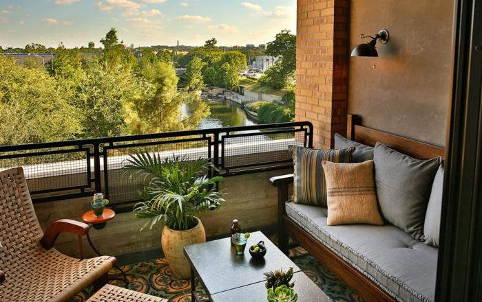 fotos de terrazas con vistas, terraza decorada en estilo bohemio, sillones de rattan modernos y decoración de plantas verdes