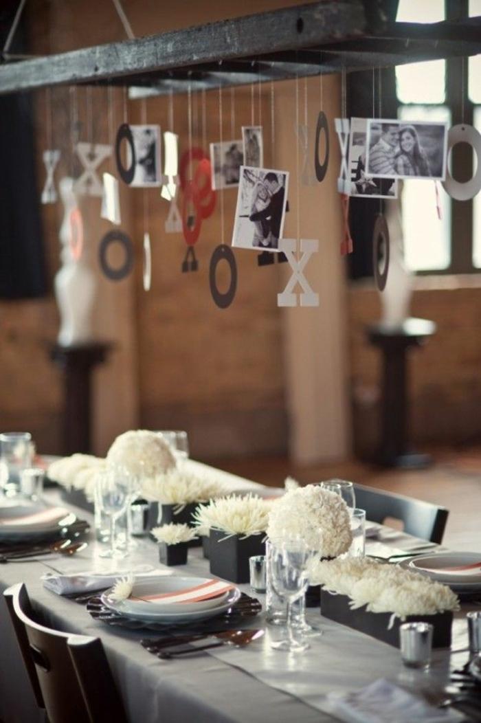 fotos originales, centro de mesa colgante original, viga de madera con pequeñas fotos colgantes, flores blancas para decorar la mesa