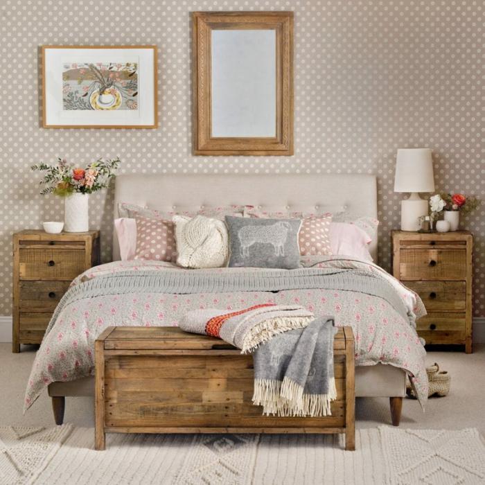 cuarto en colores pastel, papel pintado en fondo gris y puntos en rosado, muebles de madera en estilo vintage, cuadros para dormitorios clásicos