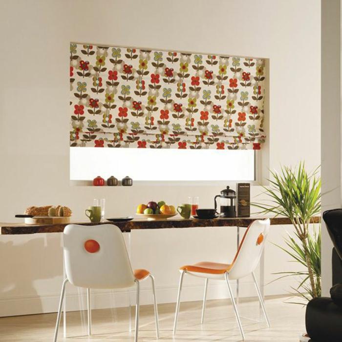 cortinas de cocina, cocina con barra original hecha de madera, cortina juguetona con estampado de flores