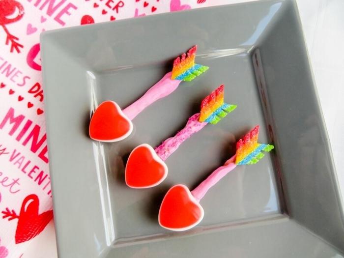 pequeñas flechas de Cupido hechas de caramelos, palillos salados y decoración multicolor, ideas de sorpresas divertidas