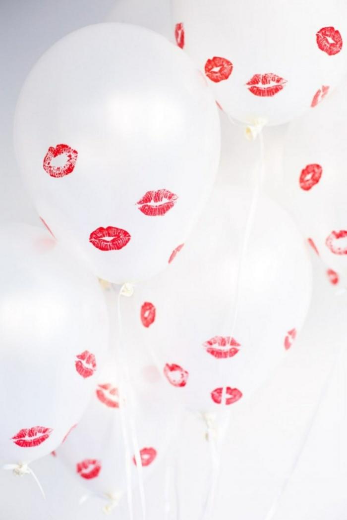 ejemplos de sorpresas divertidas sencillas, globos blancos decorados de huellas de pintalabios rojo, como sorprender a mi novio