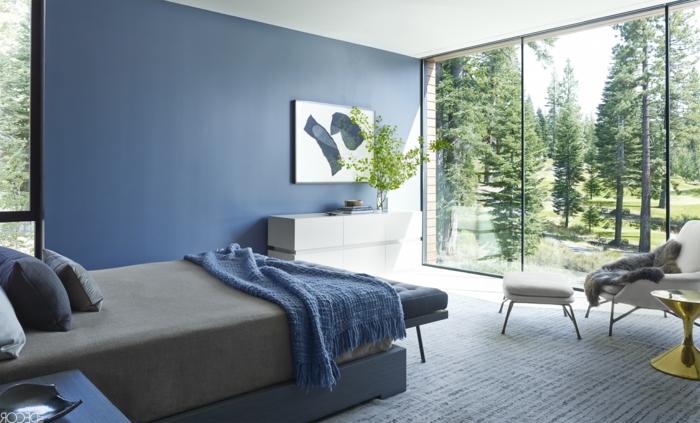 dormitorio con vista pintado en azul porcelana, ideas con cuadros para dormitorios, pintura impresionista, cama moderna y suelo de moqueta