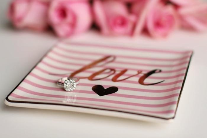 ideas de regalos originales para novios, como regalar un anillo de compromiso con diamante para el dia de los enamorados