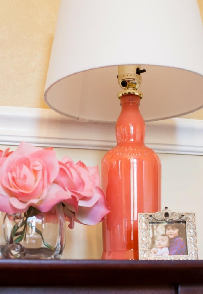 proyectos artesanales útiles con botellas decoradas, botella de vidrio pintada en anaranjado, lámpara DIY