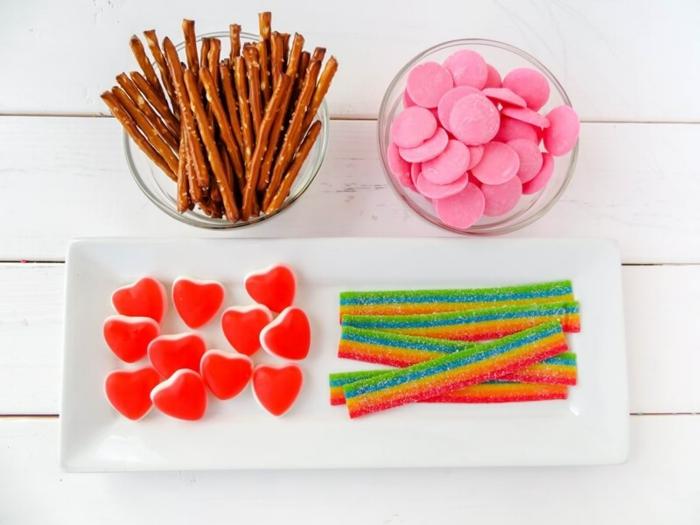 materiales para elaborar una flechas de cupido DIY, caramelos y palillos salados, ideas originales para regalos originales para novios