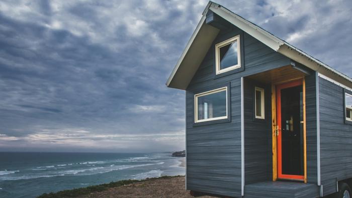 minicasas, casa de diseño simple en la orilla del mar, revestimiento de madera en color índigo, preciosa vista al mar