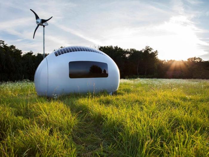 minicasas, propuesta super original, minicasa de diseño moderno en un terreno verde, diseño oval oval y tamaño muy pequeño