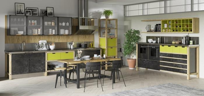 grande cocina decorada en negro, gris y verde, muebles de cocina de madera techo alto y suelo de parquet, almacenamiento de botellas de vino