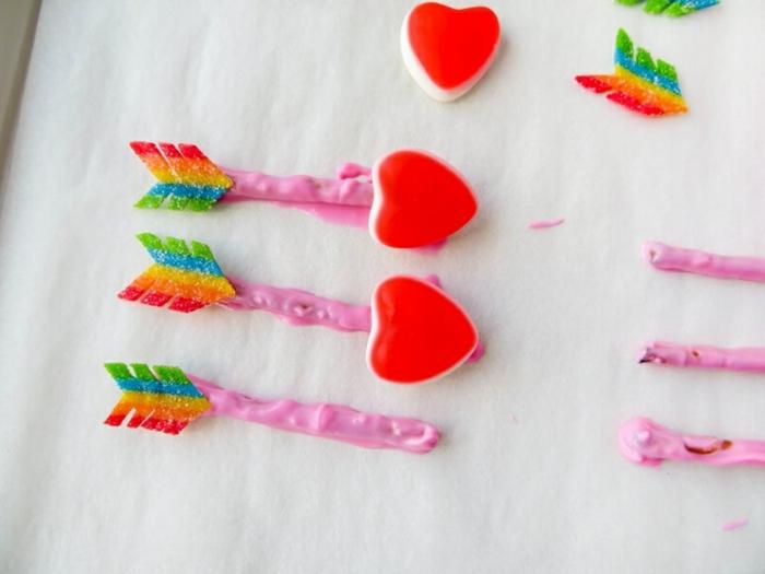 flechas amorosas de cupido, como hacerlas paso a paso, sorpresas divertidas para novios para el dia de San Valentín, caramelos en forma de corazones