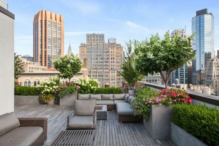 grandes terrazas con vista, terraza decorada con muchas plantas y flores, muebles en gris y grande sofá