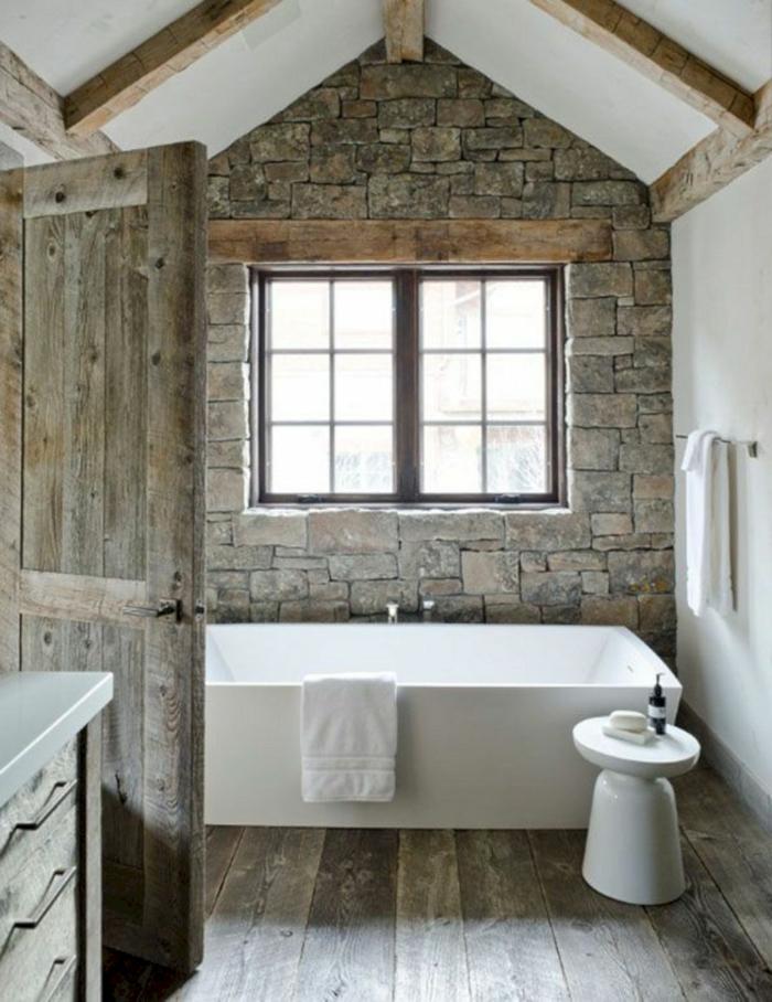baño abuhardillado revestido de madera, propuesta para diseño de baños rústicos, bañera blanca moderna con pequeña silla en blanco
