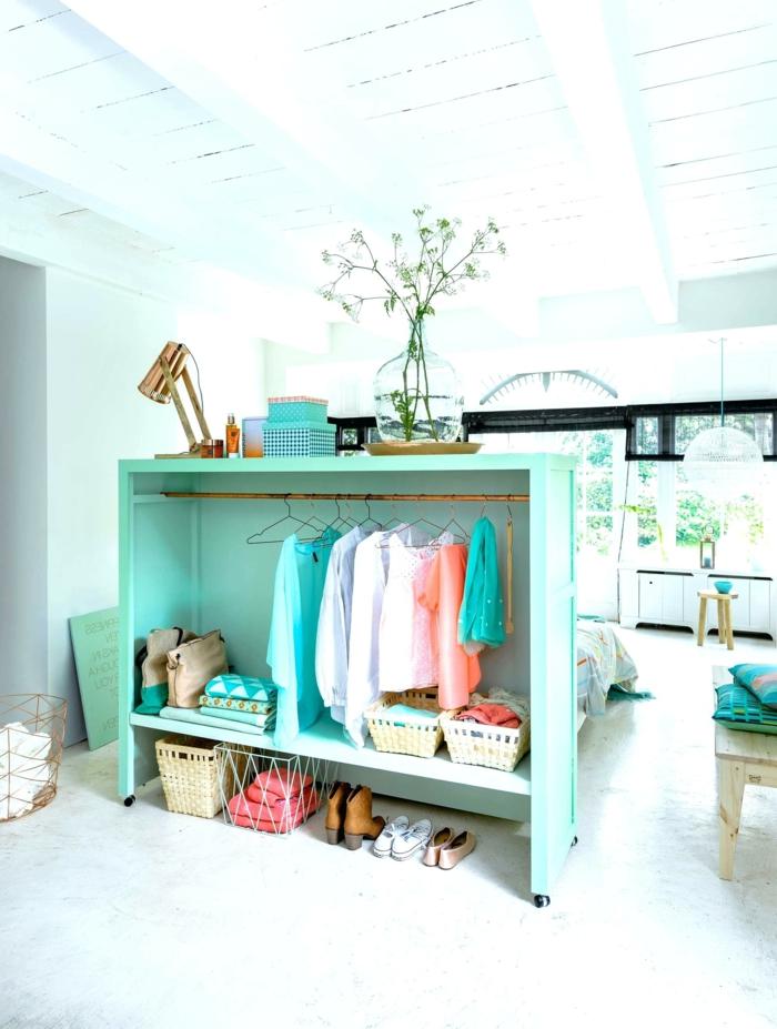 separadores de ambientes, armario de madera pintado en aguamarina, separador de ambientes original, dormitorio en colores claros