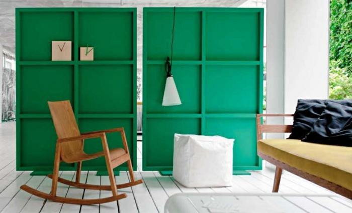 separadores de ambientes, veranda amueblada, separador de ambientes en dos partes hecho de madera y pintado en verde, suelo de madera pintado en blanco