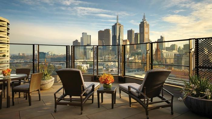 propuesta encantadora de decoracion terrazas, sillones de estilo moderno, terraza con preciosa vista a Nueva York