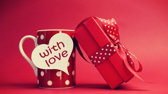 taza de café en color rojo con puntos blancos y etiqueta en forma de corazón con mensaje, ideas de regalos originales para novios San Valentín