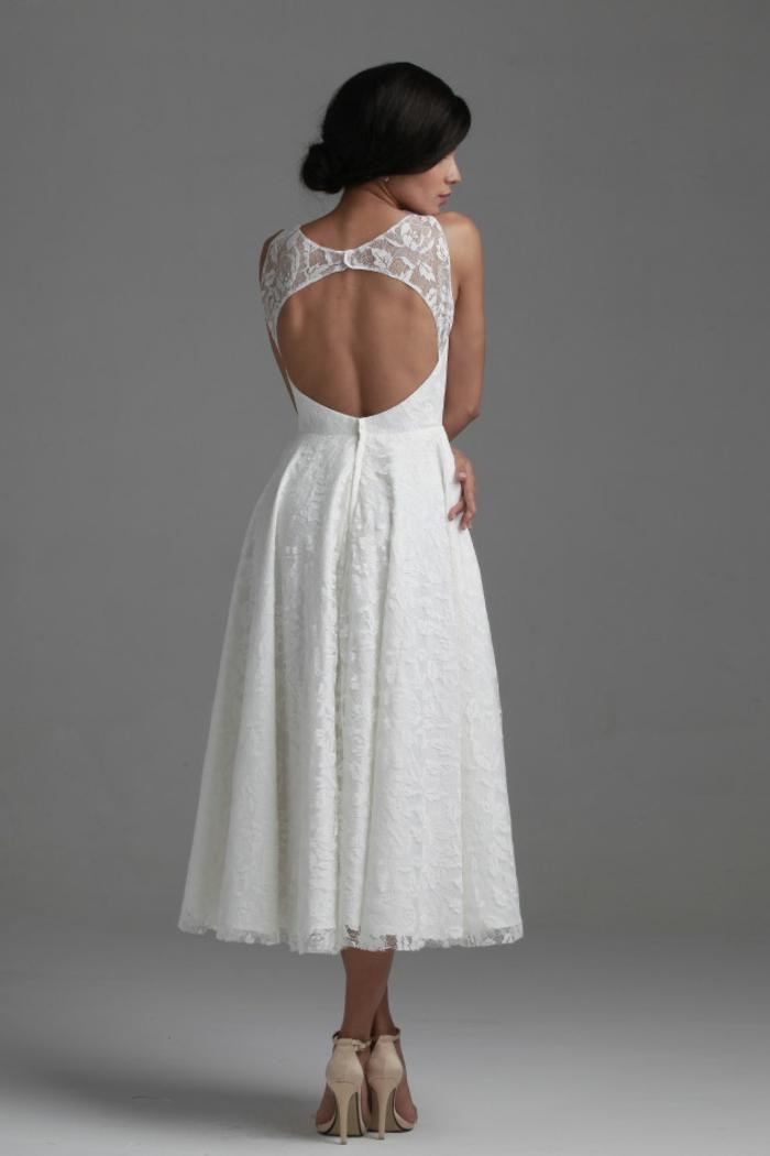 vestidos de novia, vestido de novia corto con espalda descubierta, corte original con aire romántico, pelo recogido en moño bajo