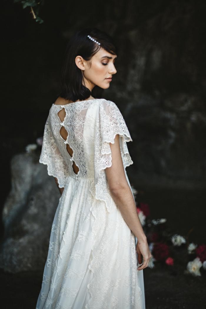 vestidos de novia, propuesta romántica en estilo boho chic con mangas de encaje y espalda con botones decorativos, adorno para el cabello