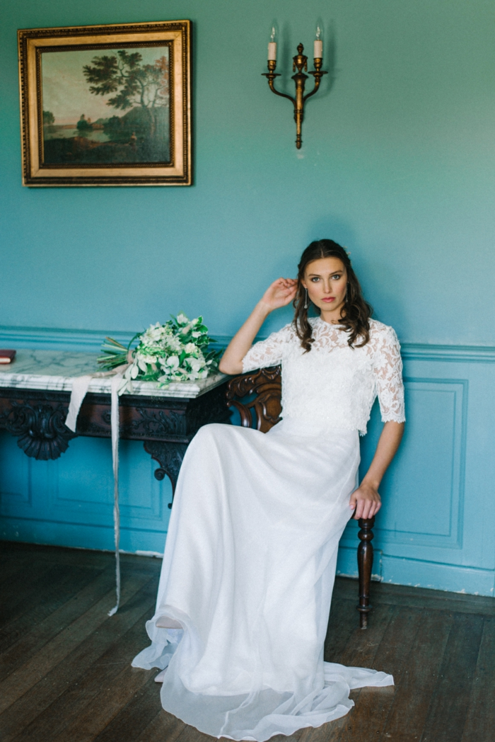 vestidos de novia, vestido largo en blanco en dos piezas, parte superior de encaje con mangas transparentes, pelo semirecogido ondulado