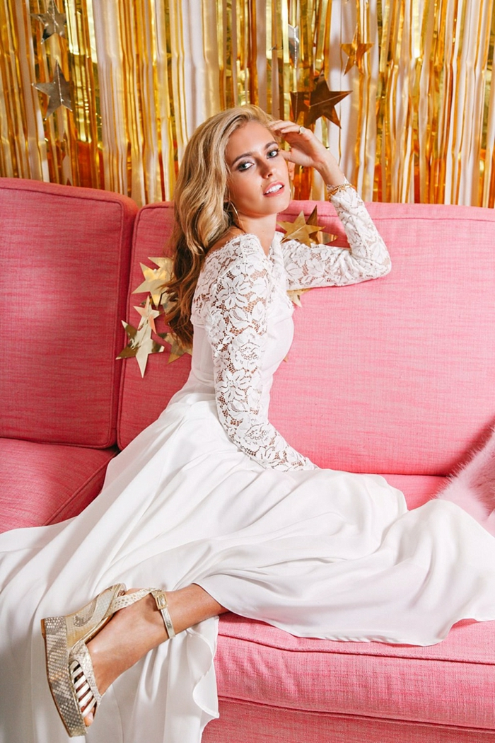 vestidos de novia, vestido simple de satén con mangas de encaje, pelo rizado suelto y zapatos modernos en color champán