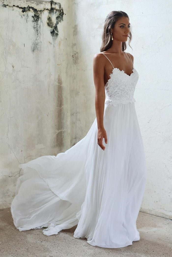 vestidos de novia, propuesta en blanco con larga falda de algodón y parte superior de encaje con correas muy delgadas, pelo ondulado semirecogido