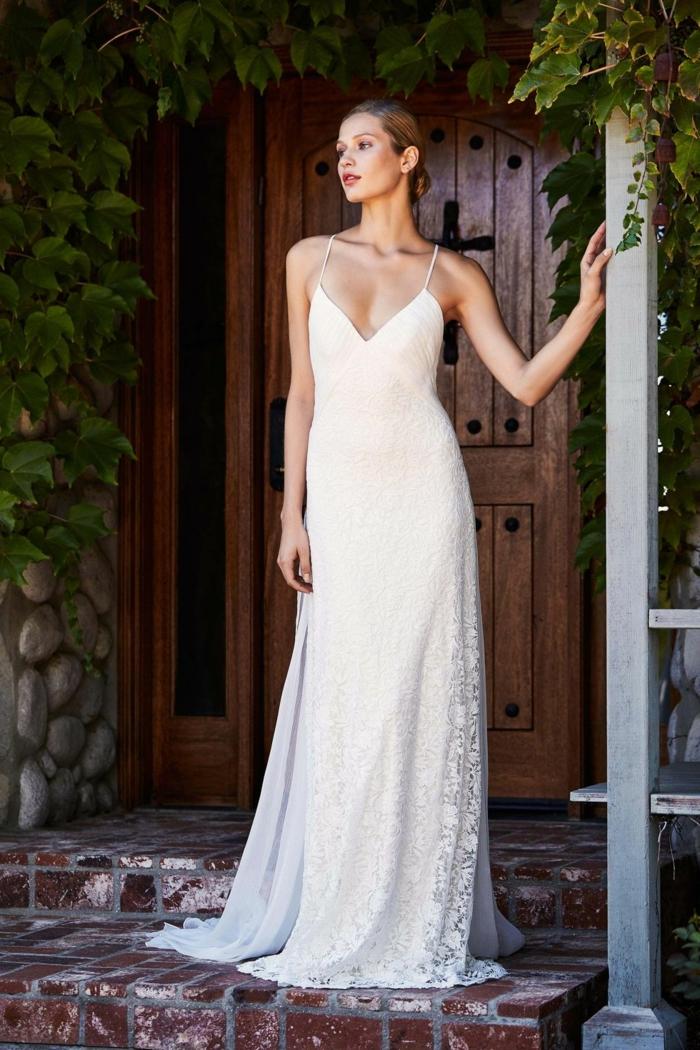 vestidos de novia sencillos, precioso vestido sencillo de encaje y corte imperio con escote en v y visillo en la parte de atrás