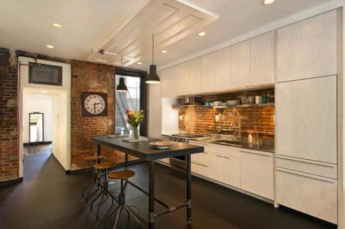 ejemplos de cocinas baratas decoradas en estilo industrial, cocina en blanco con alta barra de madera en negro y revestimiento de paredes de ladrillos