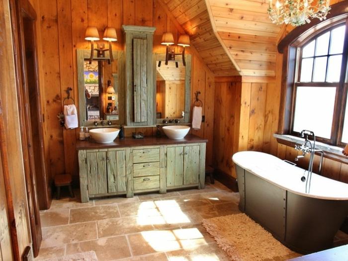baños rústicos decorados en tonos terrosos y cálidos, bañera y armario vintage, paredes de madera y candelabro vintage