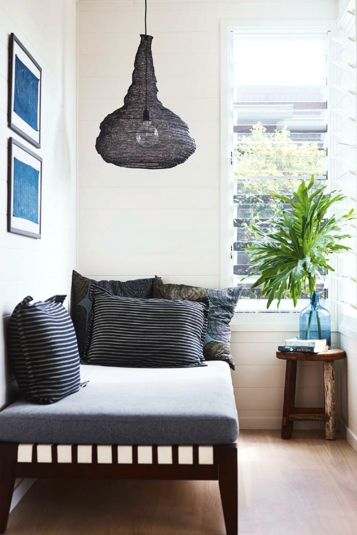 ideas de decoración para el balcón, muebles modernos, decoracion terrazas en colores oscuros, cuadros decorativos y lámpara moderna