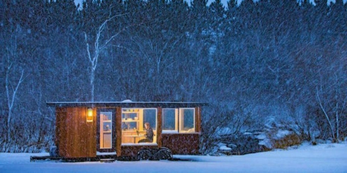 mini casas, cabaña de madera aislada en el bosque, paisaje invernal bonito, pequeña casa de madera con muchas ventanas