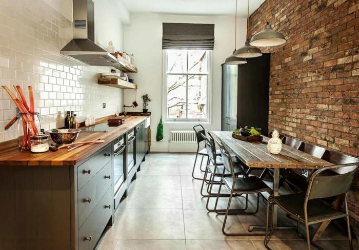 ejemplos de cocinas baratas decoradas en estilo industrial, cocina acogedora con comedor, muebles de madera y metal