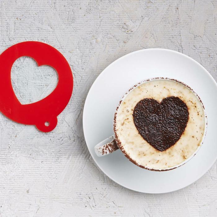 idea para hacer una sorpresa especial en el Día de san Valentin ,regalos originales para novios, café con leche con ornamento de corazón