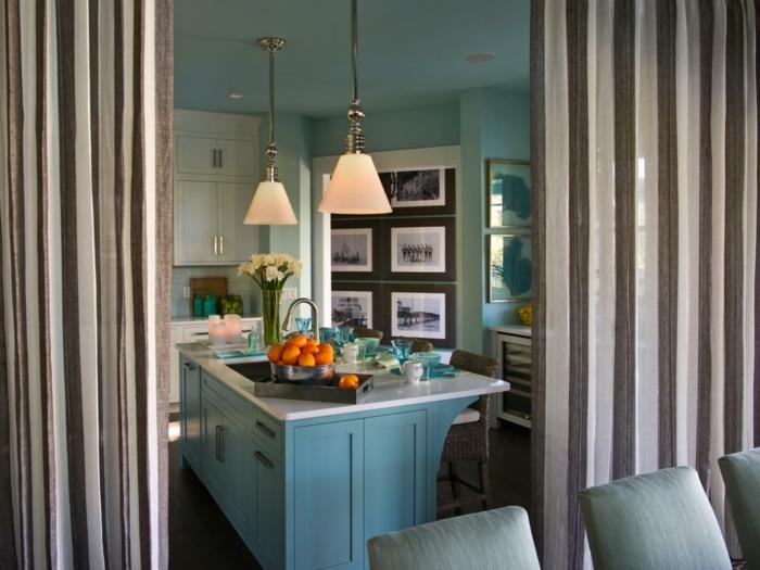 cortinas de cocina, cortinas de lino en raya en beige y marrón, grande cocina con barra de madera en el centro pintada en azul y blanco