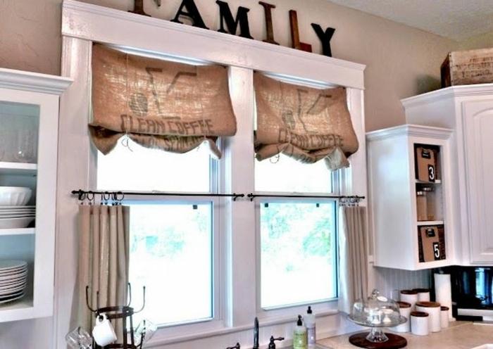 cortinas de cocina, ideas DIY para tu cocina, cortinas hechas a mano hechas de sacos de cafe, decoración de letras en las paredes