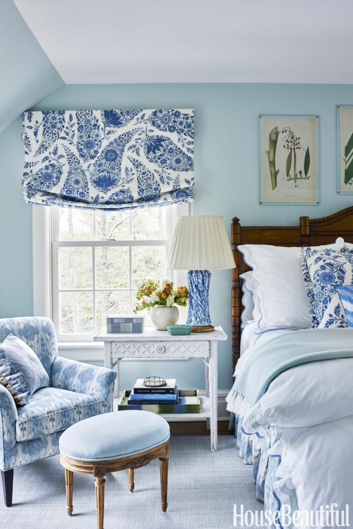 propuesta inspiradora de habitación decorada en blanco y tonos de azul, cuadros decorativos con elementos botánicos, muebles vintage
