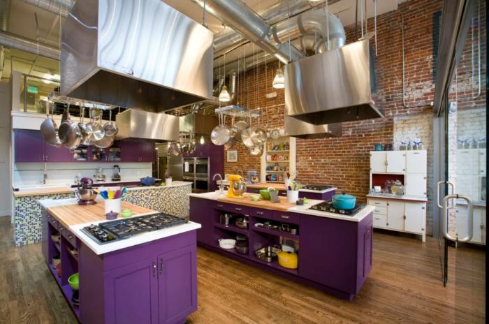 grande cocina de madera con pared de ladrillos, armarios con barras multicfuncionales, cocinas baratas en estilo moderno