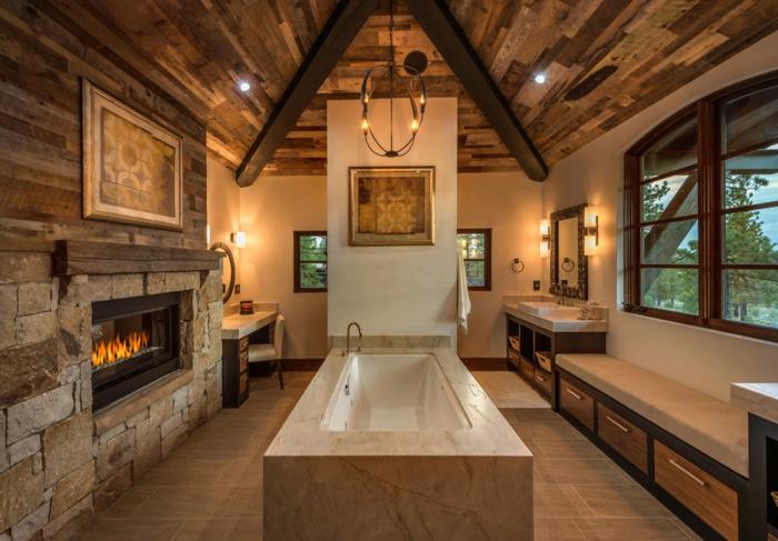 tendencias baño 2018, baños rústicos originales, bañera moderna y chimenea de leña, techo revestido de madera