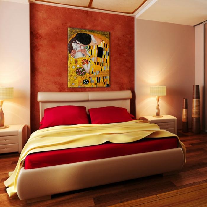 habitación decorada en colores cálidos, paredes en beige y roja, cama moderna y funcional con cobijas en rojo, cuadros de Gustav Klimt