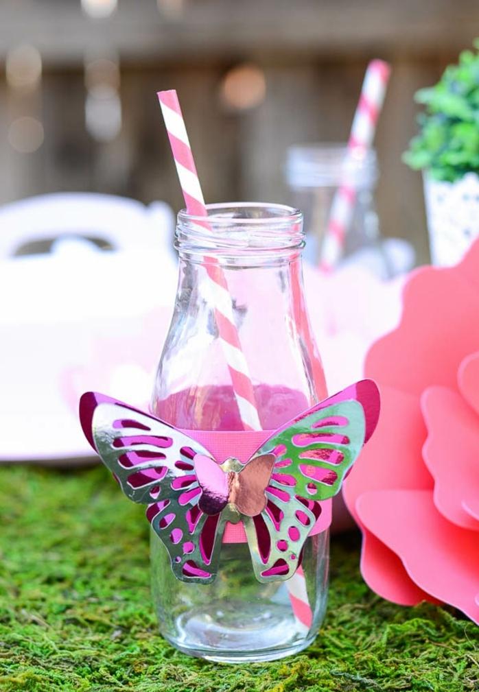 pequeña botella de cristal decorada con una mariposa decorativa, manualidades con botellas de plastico y vidrio, ideas bonitas con materiales reusados