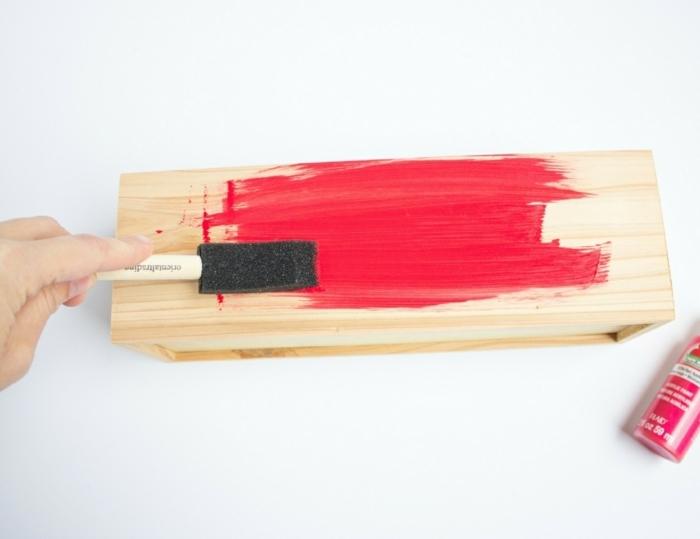 cosas DIY que regalar a tu novio, como pintar una caja de madera en color frambuesa, proyectos DIY paso a paso