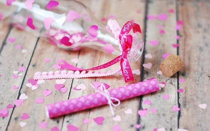 manualidades con botellas de plastico y vidrio, precioso regalo para el dia de san valentín, botella de cristal decorada de corazones en colores