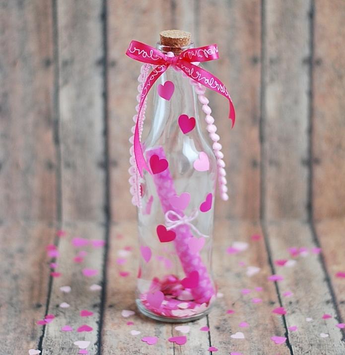 manualidades con botellas de plastico y vidrio, botella decorada con pequeños corazones de papel en rosado, botella con mensaje