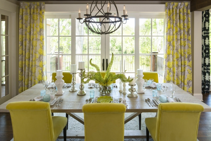 cortinas de cocina, comedor elegante con muebles en color limón, cortinas con motivos florales en el mismo tono de amarillo