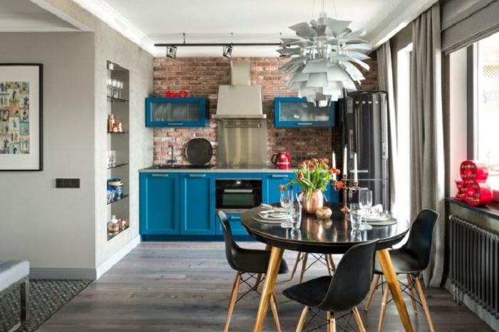 ikea cortinas, cortinas largas en gris, cocina en estilo industrial con pared de ladrillos y lámpara de araña muy original