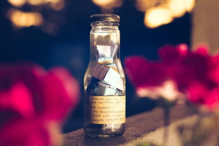 botella de vidrio con mensajes, idea original para manualidades recicladas, propuesta para reutilizar las botellas de vidrio