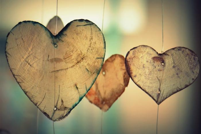 cosas hechas a mano que regalar a tu novio, ornamentos de madera colgantes en forma de corazón de diferente tamaño
