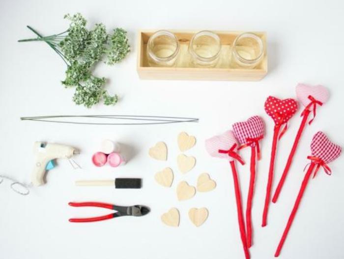 materiales para elaborar detalles decorativos que regalar a tu novio, corazones de cartón, palillos decorativos, caja de madera con frascos pequeños