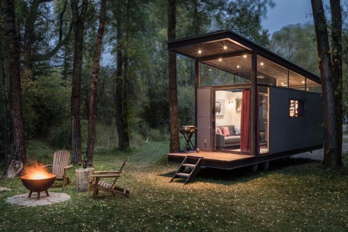 mini casas, propuesta encantadora de minicasa de madera con cubierta, lámparas empotradas en el techo