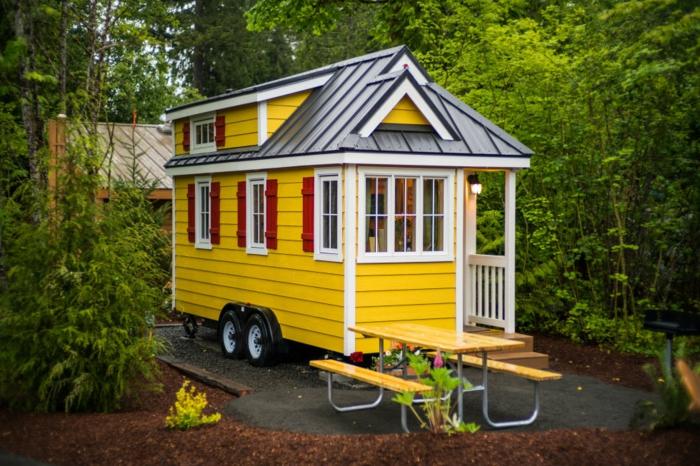 mini casas, casa juguetona pintada en amarillo blanco y rojo, minicasa prefabricada en ruedas con muchas ventanas