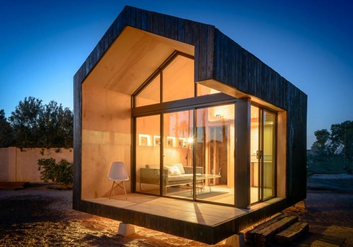 mini casas, diseño ultra moderno, minicasa de madera con forma asimétrica, interior decorado en estilo minimalista